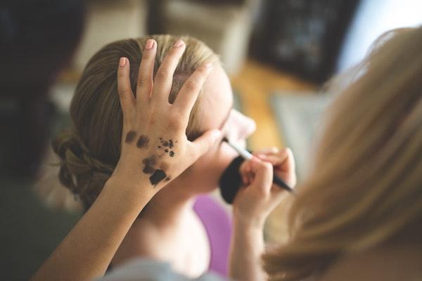 makeup artist doing eyeliner